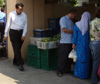 husam-arrives-at-pasar-kampong-cina.jpg