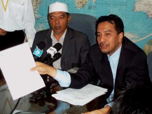 husam-showing-the-letter-to-the-members-of-the-press.jpg