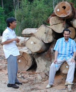 Husam bersama Azman Mohd Yusoff a.k.a Man Pauh Lima (kiri)