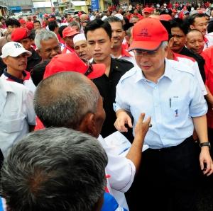 PM Najib Razak melawat tapak stesen kereta sewa Pasir Puteh, Julai 2011.