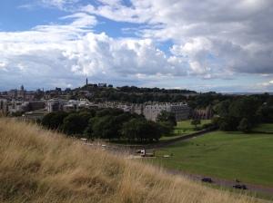 Pandangan ke Holyrood Road dari tebing Arthur's Seat